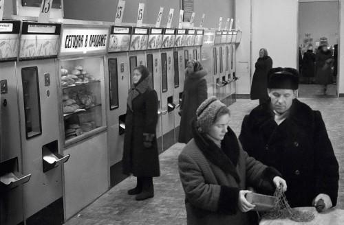 Булочная-автомат на Малышева. 1960 г. фото Л.Доренского (ГАСО)